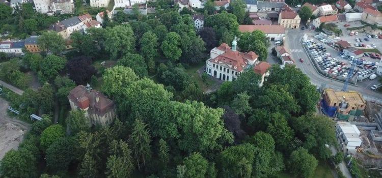 Otevřený dopis premiérovi ČR Andrejovi Babišovi: Zelení vyzývají stát k zastavení dražby areálu Veleslavínského zámku