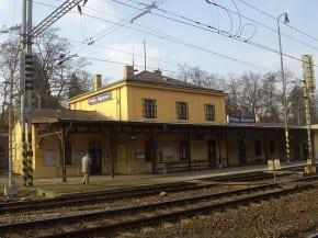 Zelení navrhují přeměnu zrušeného nádraží na kulturní centrum
