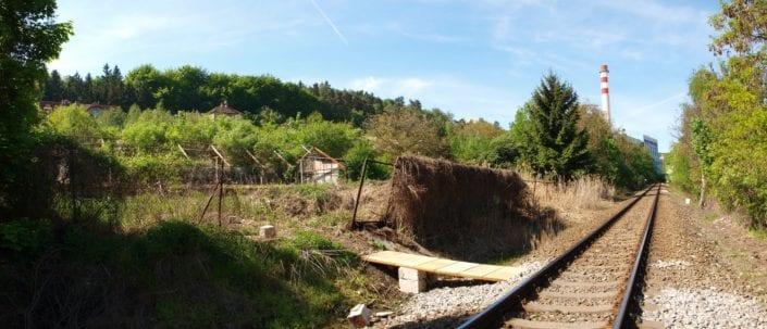Bývalé Strnadovo zahradnictví, komín veleslavínské teplárny a trať do Kladna, hranice Vokovic a Veleslavína